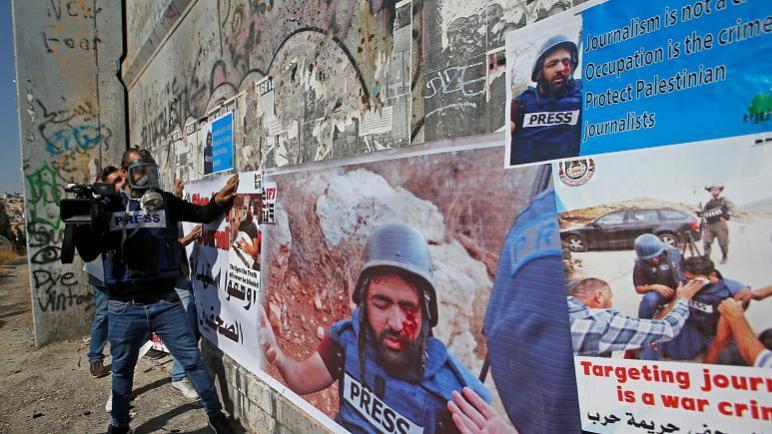 حملة تضامن واسعة مع مصور فلسطيني مهدد بفقدان عينه بعد إصابته بنيران إسرائيلية