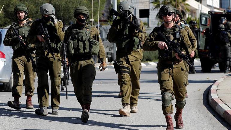 الشرطة الإسرائيلية تطلق النار على فلسطيني بزعم محاولة صدمهم بسيارة