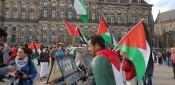 الجالية الفلسطينية في هولندا تنظم وقفة شعبية وترفع العلم الفلسطيني في أمستردام