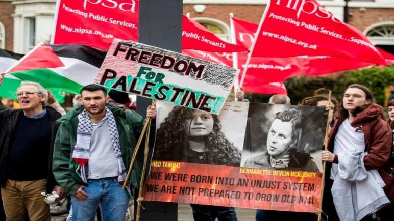 مؤيدين لفلسطين يتظاهرون ضد زيارة السفير الإسرائيلي في المملكة المتحدة لجامعة بلفاست