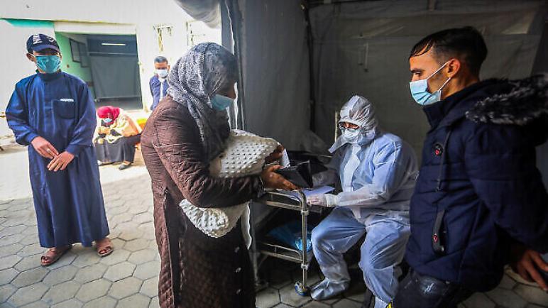 الكيان الإسرائيلي يحتجز لقاحات سبوتنيك ضد كورونا ويمنع دخولها إلى غزة