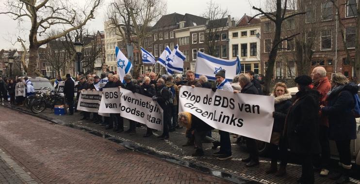 اللوبي الإسرائيلي يتظاهر أمام مكتب حزب Groen Links في أوتريخت احتجاجا على قرار الحزب دعم حركة BDS المناصرة لفلسطين