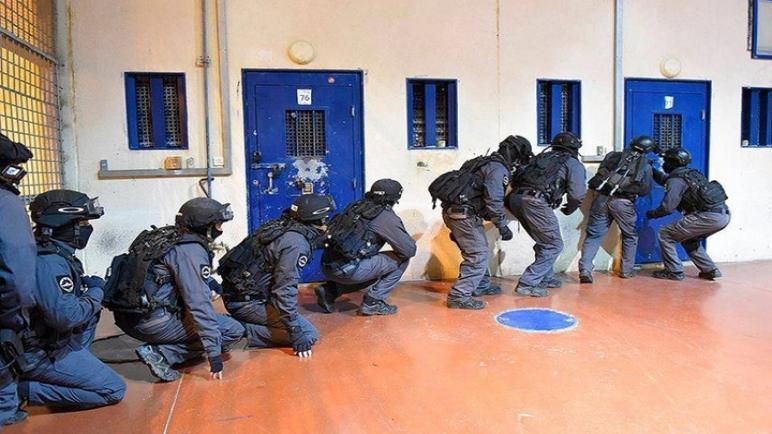 وحدة خاصة في جيش الكيان الإسرائيلي تداهم سجن عوفر العسكري