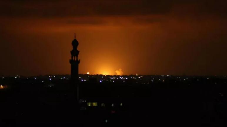 غارات إسرائيلية على قطاع غزة بعد إطلاق صواريخ بالتزامن مع اتفاق التطبيع