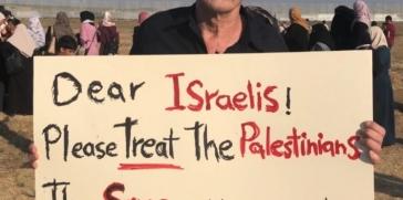 كاتب وناشط ألماني يرفع لافتة على الحدود في قطاع غزة فيتلقى رصاصة مطاطية في ظهره من جيش الكيان الإسرائيلي