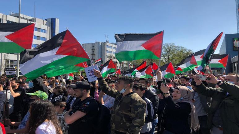 الجالية الفلسطينية في هولندا تعتصم أمام سفارة الاحتلال الإسرائيلي في دنهاخ وتطالب بوقف فوري للعدوان على قطاع غزة والقدس