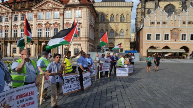 """وقفة في العاصمة التشيكية """"براغ"""" ترفض سياسة الضم الإسرائيلية"""