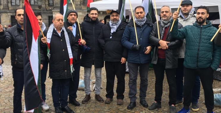 الجالية الفلسطينية في هولندا تنظم وقفة شعبية وترفع العلم الفلسطيني في ساحة الدام