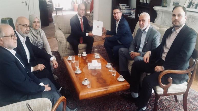 الجالية الفلسطينية في هولندا تلتقي السفير اللبناني و تسلمه رسالة تدعم موقف اللاجئين الفلسطينيين و عملهم في لبنان