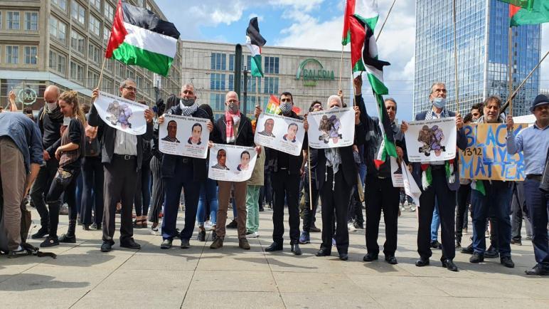 ابناء فلسطين يشاركون في مظاهرة ضد العنصرية والعنف في برلين ويرفعون الأعلام الفلسطينية