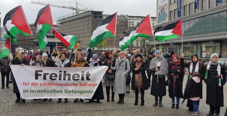 فلسطينيون وألمان يعتصمون في برلين دعما لإضراب الأسرى في سجون الاحتلال