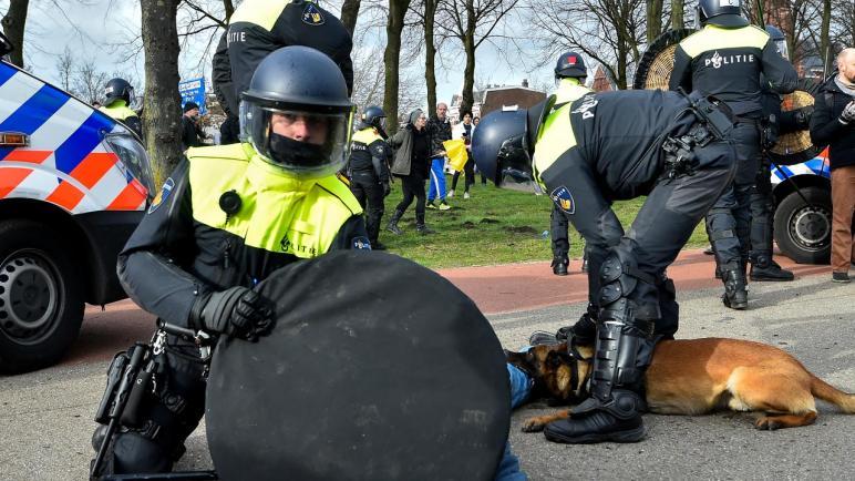 اعتقال رجل بعد ضربه لشرطي وصعقه بالكهرباء أثناء مظاهرة مؤيدة لفلسطين في مدينة لاهاي الهولندية