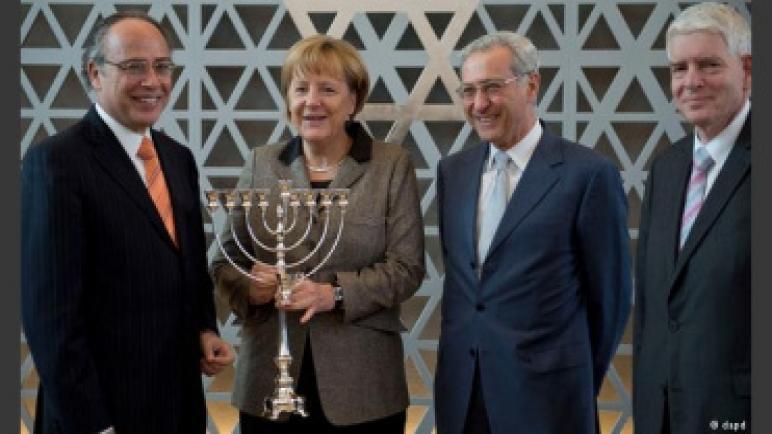 صحيفة اسرائيلية في هولندا – أنجيلا ميركل ضغطت على رئيس رومانيا لمنع نقل السفارة الرومانية إلى القدس