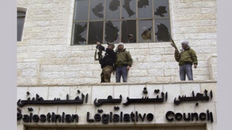 صحيفة إسرائيلية: حل عباس المفاجيء للبرلمان هو حيلة لمنع حماس من السيطرة على السلطة الفلسطينية