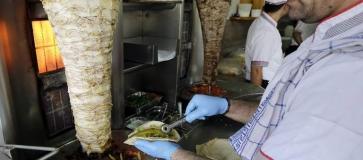سخرية عالمية واسعة بعد ادعاء صحيفة  إسرائيلية أن الشاورما هي الأكلة الشعبية لديها