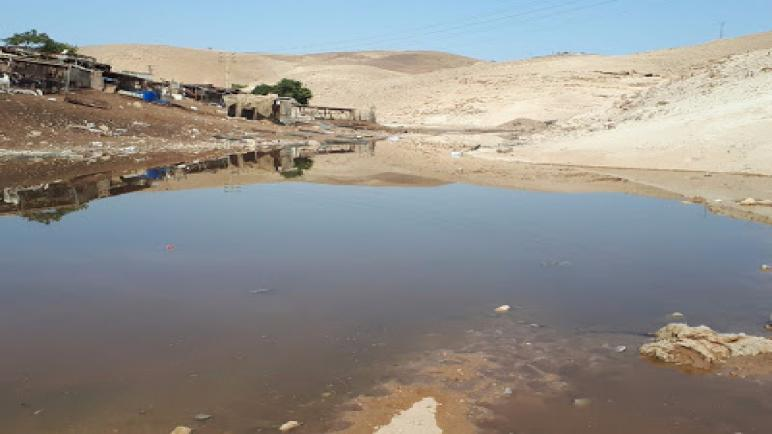 المستوطنون الإسرائيليون يستخدمون مياه الصرف الصحي ضد القرية البدوية خان الأحمر