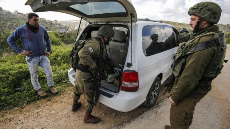 قوات الكيان الإسرائيلي تفتش السيارات والمنازل بحثا عن الشاب منفذ هجوم البارحة