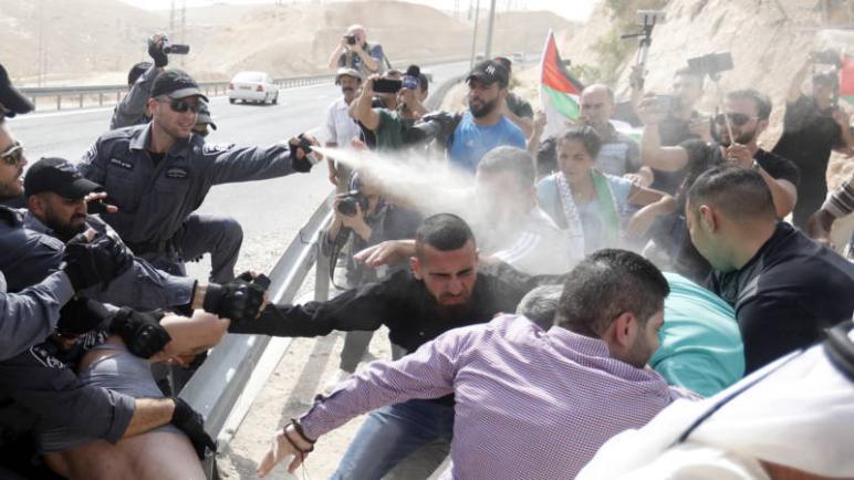 إسرائيل تعلق هدم قرية خان الأحمر البدوية شرق القدس
