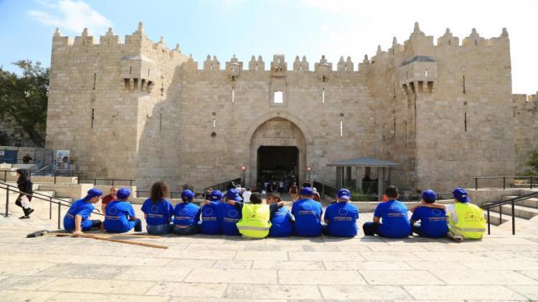 الإتحاد الأوروبي يدعم مئات الشباب الفلسطيني في تنظيف شوارع القدس الشرقية